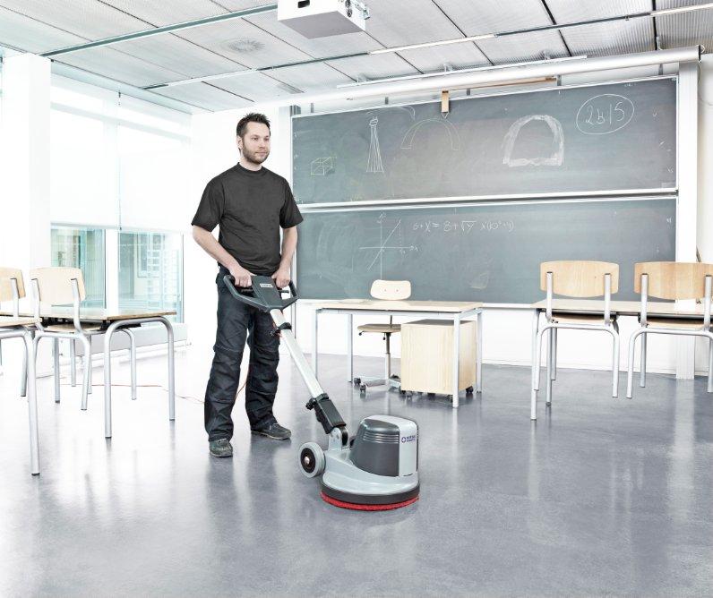 nilfisk fm400d w czyszczeniu podłogi w szkole