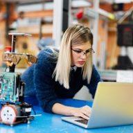 Produkcja układów scalonych elektroniki na zlecenie – czym jest i dla jakich sektorów sprawdzi się montaż kontraktowy