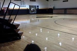 Czyszczenie podłogi sportowej